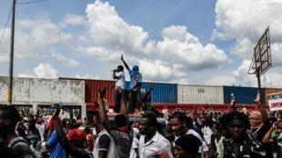 Les manifestants devant la principale base de l'ONU en Haïti pour protester contre le président Jovenel Moïse. Port-au-Prince le 4 octobre 2019.