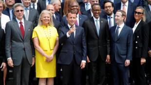 ویرجینیا رامتی مدیر آی.بی.ام در طرف راست امانوئل ماکرون و پل کاگامه رئیس جمهور رواندا در طرف چپ او دیده میشوند. زاکربرگ در کنار کاگامه است.