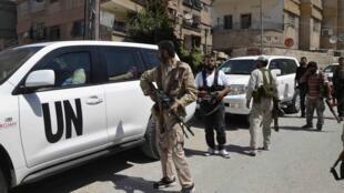 Des membres de l'Armée syrienne libre encadrent un convoi d'enquêteurs des Nations unies, dans la banlieue de Damas, le 28 août 2013.