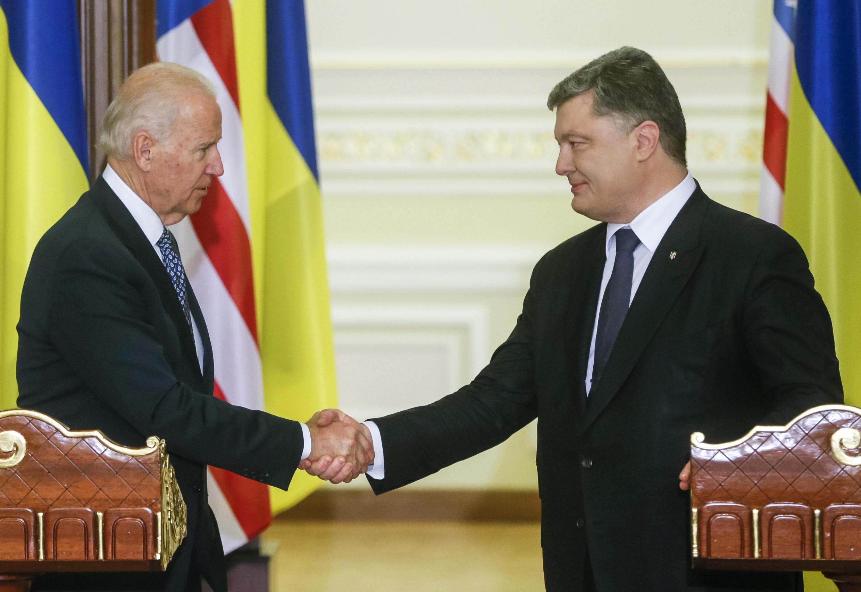 Президент Украины Петр Порошенко (слева) и вице-президент США Джо Байден