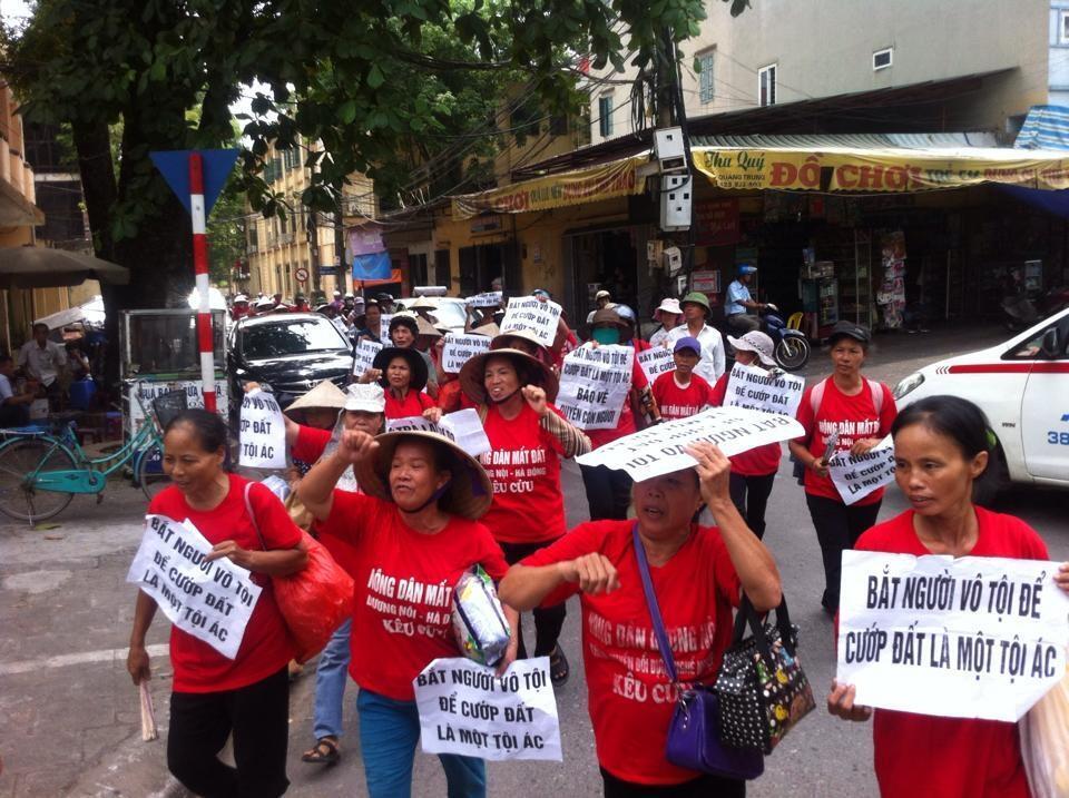Dân Dương Nội biểu tình phản đối phiên tòa xử hai dân oan sáng 15/09/2014.