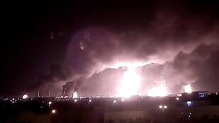遭无人机袭击的布盖格炼油厂所燃起的熊熊大火。2019年9月14日