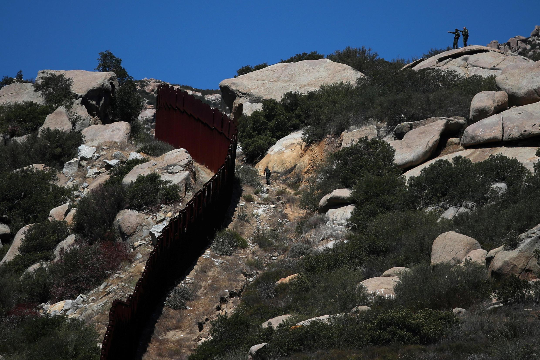 Agentes americanos patrulham fronteira dos Estados Unidos com o México.