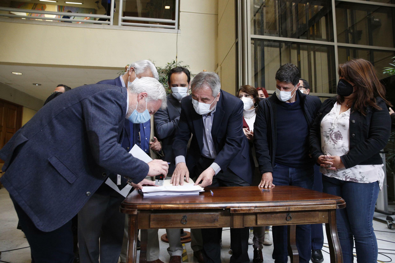 Diputados chilenos firman la acusación para destituir al presidente del país, Sebastián Piñera, el 13 de octubre de 2021