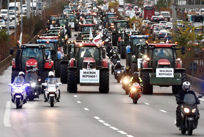 """Protestos dos agricultores franceses na auto-estrada A6 rumo a Paris a 27 de Novembro de 2019, com o slogan """"Macron responde""""."""