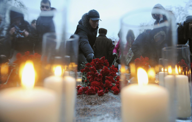 A Moscou, environ 3 000 personnes se sont rassemblées pour commémorer la mémoire des victimes de l'attentat de l'aéroport de Moscou-Domodevodo, le 27 janvier 2011.