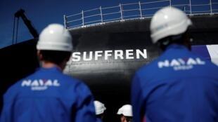 Les équipes de Naval Group, le 5 juillet 2019 à Cherbourg face au sous-marin SNA Suffren, premier de la classe du même nom.