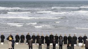Các nhà sư và thân nhân của các nạn nhân làm lễ tưởng niệm trên một bãi biển ở Fukushima ngày 11/03/2016.