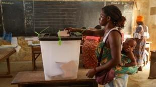 L'apprentissage du devoir de citoyen : dans un bureau de vote de Lomé, ce samedi 22 février est jour d'élection présidentielle au Togo.