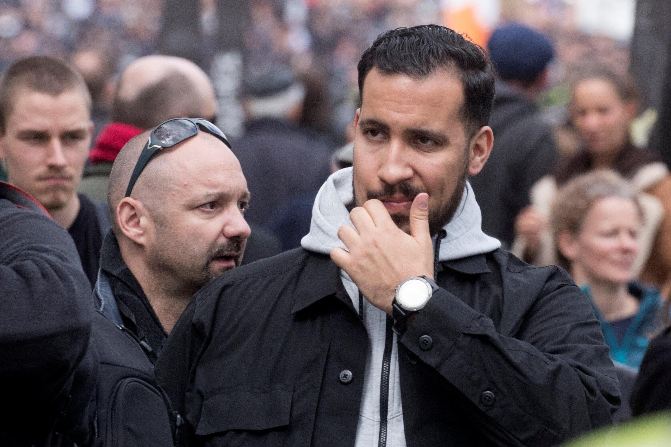 Бывшего жандарма Венсена Краза (слева на заднем плане) устроил в Елисейский дворец его давний друг Александр Беналла (на переднем плане), охранник, чьи действия вызвали во Франции громкий политический скандал