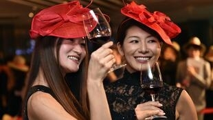 Japanese women on Thursday drinking Beaujolais Nouveau in Tokyo, 20 november 2014.