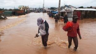 Le cyclone Giovanna a balayé  Madagascar dans la nuit de lundi 13 à mardi 14 février 2012, causant la mort d'au moins une personne.