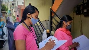 Deux travailleuses sociales «Asha» de Bangalore, en grève depuis début juillet.