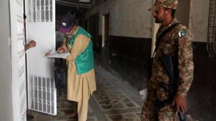 یک مأمور سرشماری در شهر کراچی پاکستان