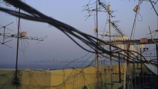 Antennes de télévision. Vue sur Kinshasa depuis un toit de Brazzaville (photos d'illustration).