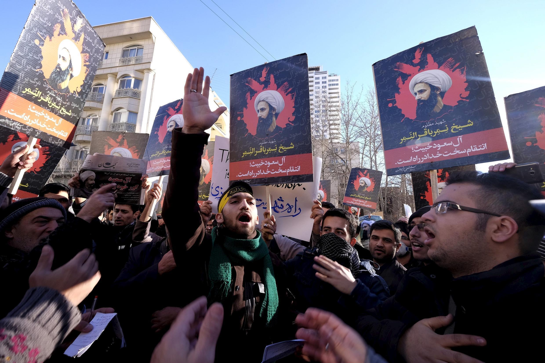 Manifestantes iranianos denunciando a execução do xeque saudita al-Nimr pela 'Arábia saudita, a 3 de janeiro de 2016 em Teerão
