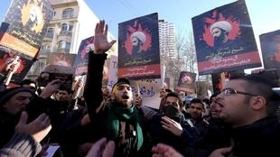 Манифестанты в Тегеране протестуют против казни в Эр-Рияде шиитского шейха Нимр-аль-Нимра. 3/01/16