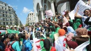 Estudantes comemoram renúncia do presidente do Conselho Constitucional, Tayeb Belaiz, nas ruas de Argel. 16/04/19