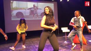 Ninita en session live, extrait d'une vidéo RFI.