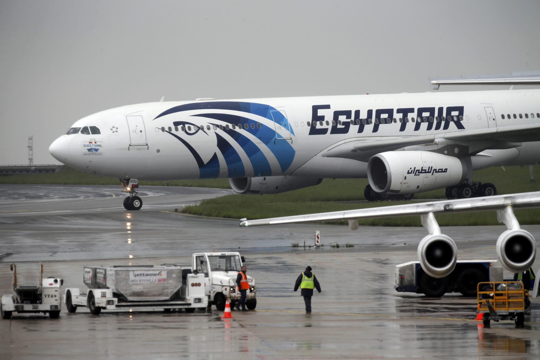 Một máy bay của EgyptAir đậu tại sân bay Charles de Gaulle chờ cất cánh ngày 19/05/2016.
