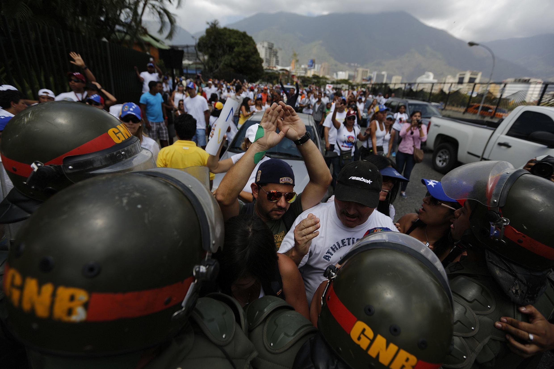 La Guardia Nacional bloquea a manifestantes de la oposición frente al aeropuerto militar Francisco de Miranda, Caracas, 4 de marzo de 2014.