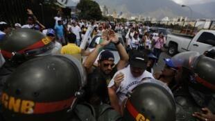 Cảnh sát câu lưu người biểu tình tại Caracas nhân ngày giỗ đầu tiên của cố Tổng thống Hugo Chavez - REUTERS /Tomas Bravo