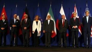 Участники переговоров по иранской ядерной программе в Лозанне, 2 апреля 2015.