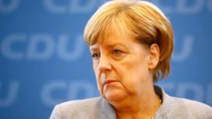 A chanceler alemã Angela Merkel, que venceu as eleições legislativas de domingo, mas saiu enfraquecida das urnas, começou nesta segunda-feira a buscar aliados para formar o governo.