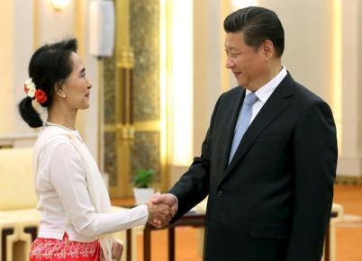Chủ tịch Trung Quốc Tập Cận Bình (P) tiếp lãnh đạo đối lập Miến Điện Aung San Suu Kyi tại đại lễ đường Nhân dân, Bắc Kinh, ngày 11/06/2015