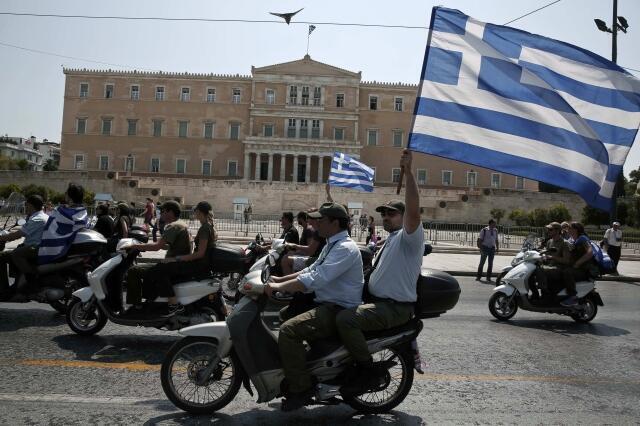 Policiais protestam em Atenas contra a reforma da função pública nesta segunda-feira, 15 de julho de 2013.