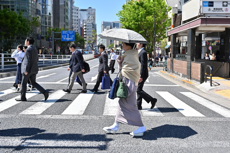 Une femme en kimono traditionnel dans une rue de Tokyo.