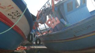 Des bateaux abandonnés sur le port de Pozzallo, les réfugiés y ont laissé leurs gilets de sauvetage.