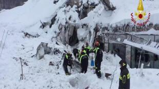 As equipes de resgate têm o trabalho dificultado pelo acúmulo de neve sobre o hotel.