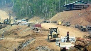 Đường dẫn đến khu xây đập Xayaburi ở Thượng Lào đang được khẩn trương xây dựng. (Ảnh Bangkok Post công bố 17/04/2011)