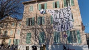 Selon le collectif 59 Saint-Just, plus de 320 migrants sont aujourd'hui dans le squat.