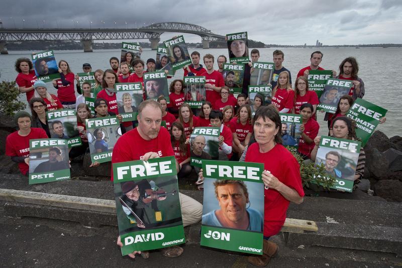 Os 30 ativistas do Greenpeace presos em território russo foram transferidos para São Petesburgo nesta sexta-feira, 1° de novembro de 2013.