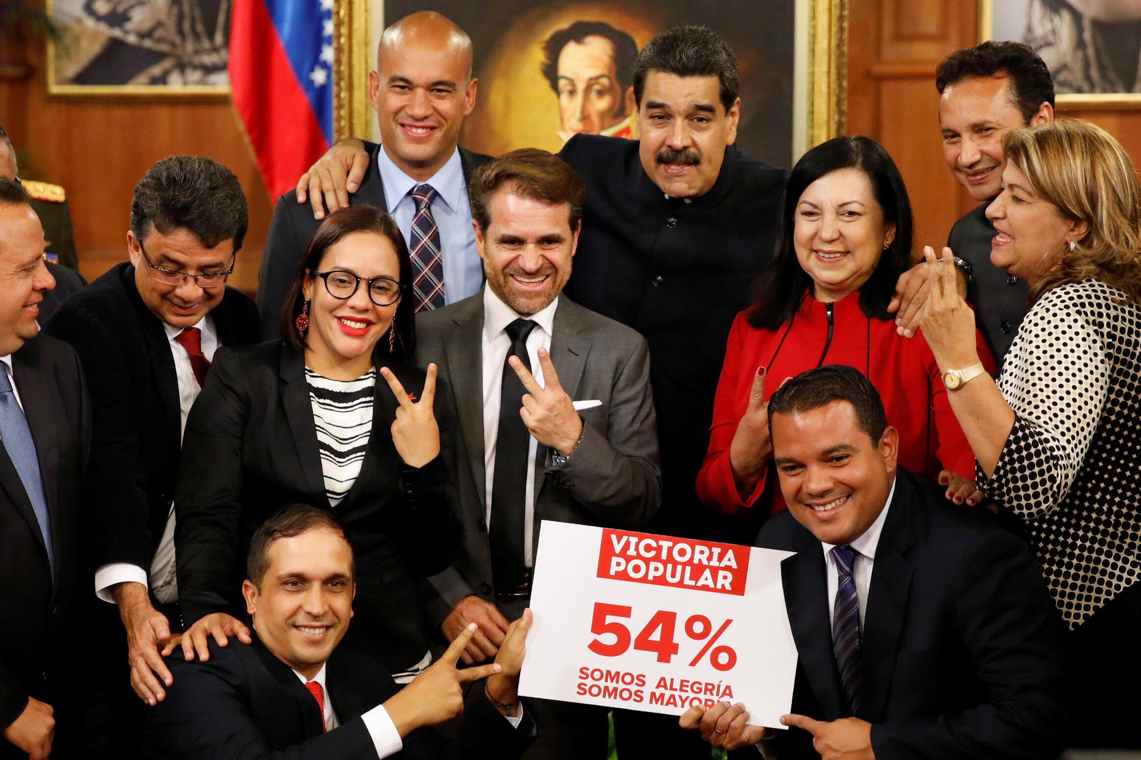 Tổng thống Venezuela, Nicolás Maduro cùng với các thống đốc vừa được bầu trong cuộc họp báo tại Dinh tổng thống Miraflores ngày 17/10/2017.