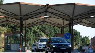 Varios coches cruzan la frontera entre España y Francia el 21 de junio de 2020 en la localidad catalana de La Jonquera