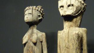 Détail de statues funéraires sakalava exposées au musée du quai Branly à Paris: à l'origine les statues érotiques en bois étaient placées sur les tombeaux.