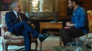 Ministro Ottone durante nuestra charla en la embajada chilena en París