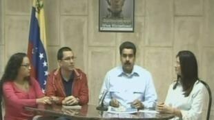 Phó tổng thống Venezuela Nicolas Maduro (giữa) phát biểu trên truyền hình về sức khỏe của ông Hugo Chavez (REUTERS)