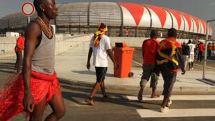 Adeptos frente ao estádio 11 de Novembro em Luanda