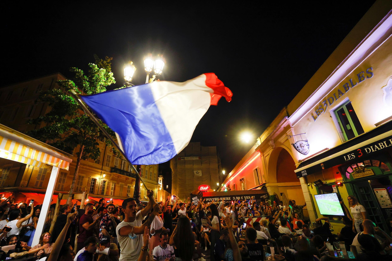 6月15日巴黎街頭觀看歐洲杯的球迷