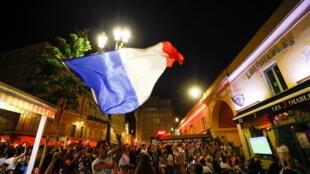 6月15日巴黎街头观看欧洲杯的球迷