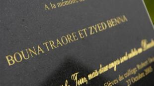 Stèle à la mémoire de Zyed et Bouna, ces deux jeunes garçons morts dans un transformateur, le 27 octobre 2005 à Clichy-sous-Bois.