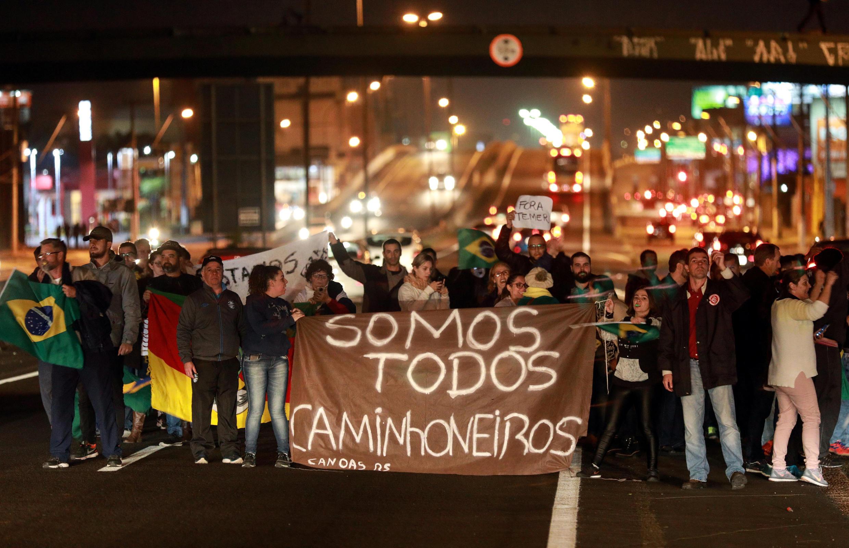 Manifestation en soutien à la grève des routiers sur une route à Canoas.