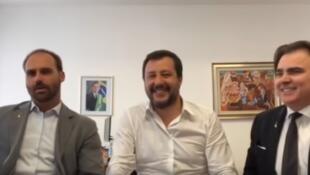 Eduardo Bolsonaro, Matteo Salvini e Roberto Lorenzato falam em uma live transmitida nas redes sociais pelo primeiro. Milão, Itália, 19 de abril de 2019.