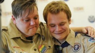 Jovens homossexuais se abraçam após a decisão. Eles haviam sido suspensos do grupo por revelarem a homossexualidade.