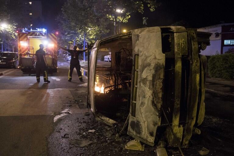 Сразу после гибели 22-летнего мужчины втрех «чувствительных кварталах» Нанта вспыхнули беспорядки.