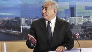 O ex-diretor do FMI Dominique Strauss-Kahn na bancada do jornal televisivo do canal francês TF1